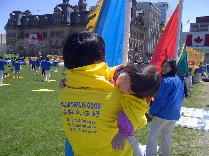 Practicanţi Falun Gong pe Dealul Parlamentului din Ottawa, Canada, la 7 mai 2014