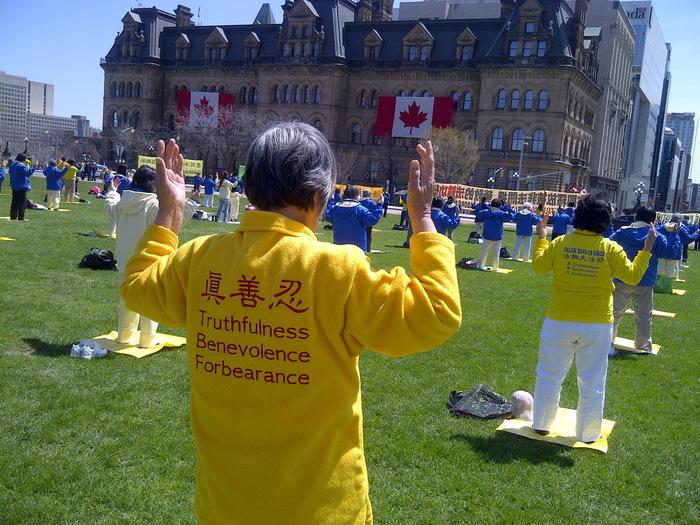Practicanţi Falun Gong pe Dealul Parlamentului din Canada, Ottawa, 7 mai 2014