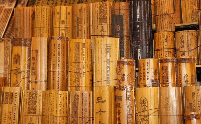 Manuale chinezeşti pe fâşii de bambus.
