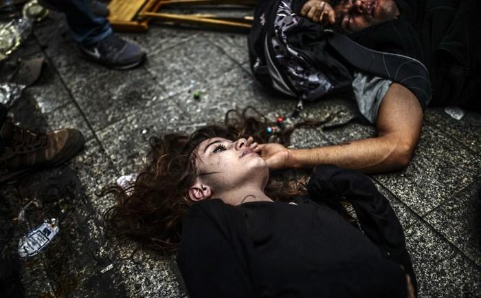 Demonstranţi turci căzuţi după inhalarea de gaze lacrimogene, Bulevardul Istoklal, lângă Piaţa Taksim, Istanbul - 31 mai 2014