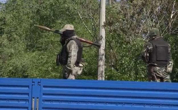 Forţele pro-Rusia din Doneţk cărând un lansator de rachete. Ucraina.