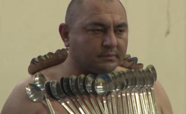"""""""Magneto Man"""", azerbaijanul Etilbar Elciev poate trage un mercedes cu puterea sa magnetică."""
