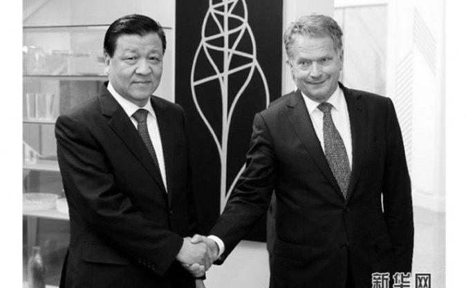 Liu Yunshan (stânga), şeful propagandei şi ideologiei în China, dă mâna stângaci cu presedintele finlandez Sauli Niinistö pe 15 iunie, în ultima zi a vizitei lui Liu în ţară.
