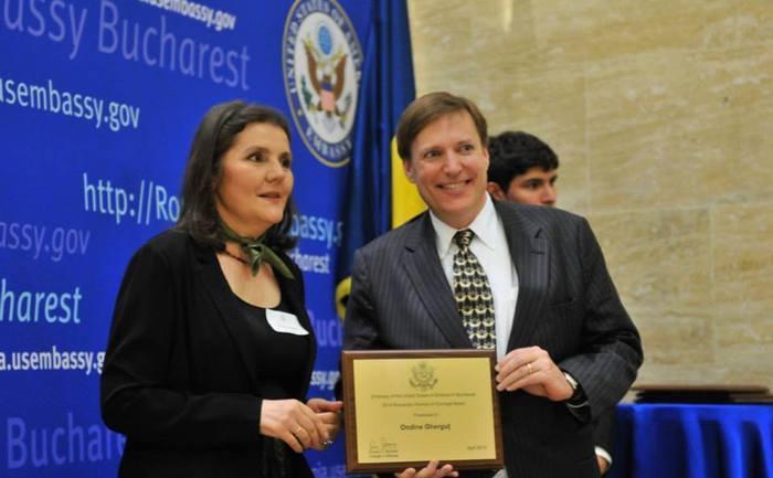 Ondine Gherguţ, primind premiul pentru curaj de la însărcinatul cu afaceri al SUA la Bucureşti, 11 aprilie 2014
