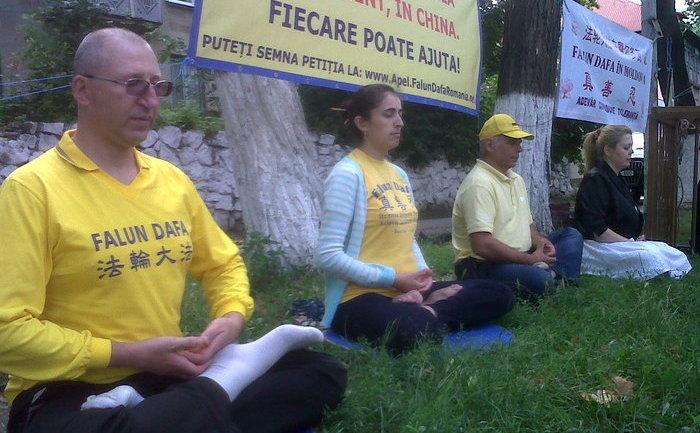 Comemorarea practicanţilor Falun Gong, persecutaţi până la moarte de Partidul Comunist Chinez, în faţa Ambasadei chineze de la Chişinău