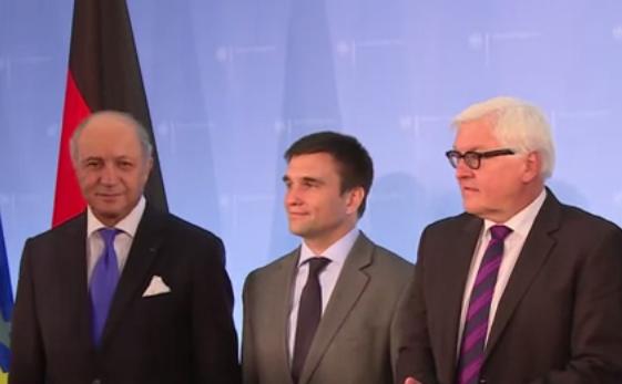 Miniştrii de Externe ai Franţei, Laurent Fabius, Germaniei, Frank-Walter Steinmeier (SPD) şi Ucrainei, Pavlo Klimkin, în timpul unei conferinţe de presă la Ministerul de externe de la Berlin.