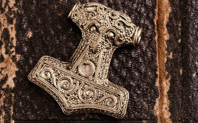O amuletă înfăţişând Ciocanul mitic al lui Thor