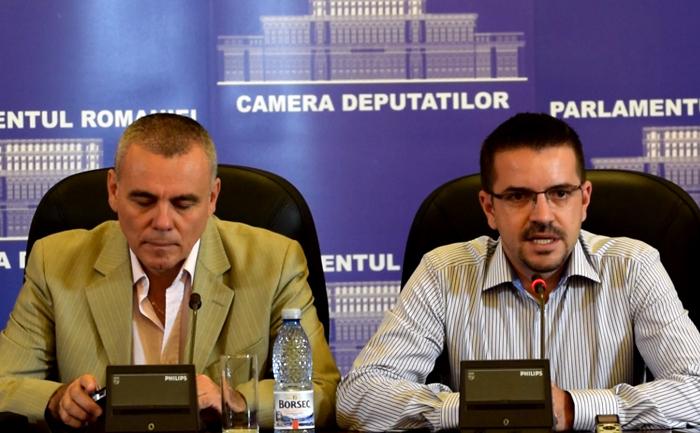 Bogdan Diaconu si Eugen Popescu la conferinta despre romanii din Valea Timocului.