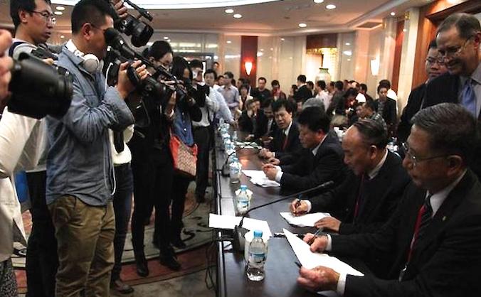 Preşedintele organizaţiei The Transplantation Society Dr. Francis L. Delmonico (D) observă semnarea Rezoluţiei de la Hangzhou în China. 29 octombrie 2013. După aceea autorităţile chineze au negat acordurile făcute, promiţând o altă conferinţă în iunie, care însă nu s-a mai ţinut