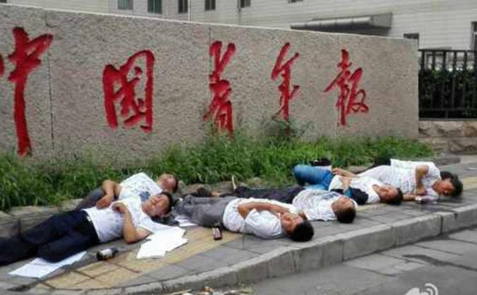 După ce le-au fost demolate forţat casele, şapte chinezi au încercat să se sinucidă în faţa unei publicaţii de stat din China.