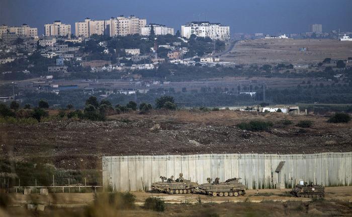 Tancuri israeliene lângă zidul care desparte Israelul de Fâşia Gaza, 17 iulie 2014. În seara zilei de 17 iulie, armata israeliană a invadat Gaza.