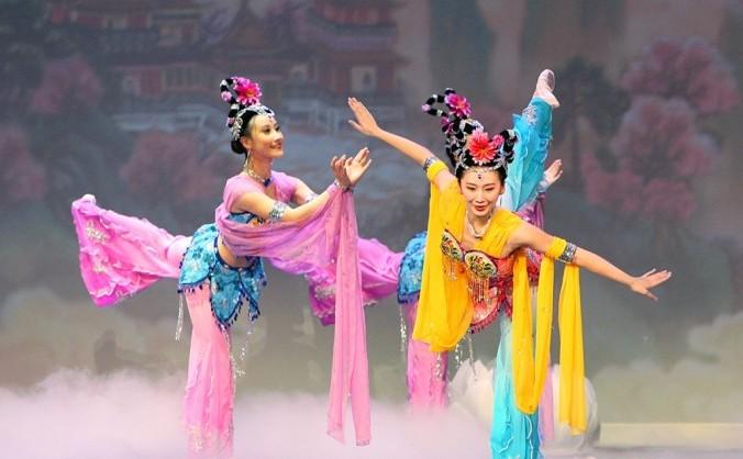 Dansatorii companiei Shen Yun Performing Arts în timpul unui spectacol