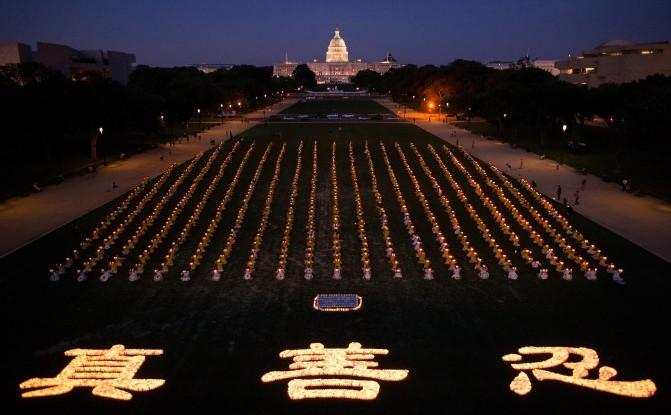 Practicanţii mişcării spirituale Falun Gong adunaţi în Washington pentru comemorarea victimelor ucise de regimul chinez în timpul celor 15 ani de persecuţie 17 iulie 2014