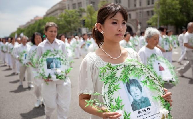 Practicanţi Falun Gong într-un marş prin Washington DC, comemorându-şi morţii ucişi de persecuţia Partidului Comunist din China. 18 iulie 2011.