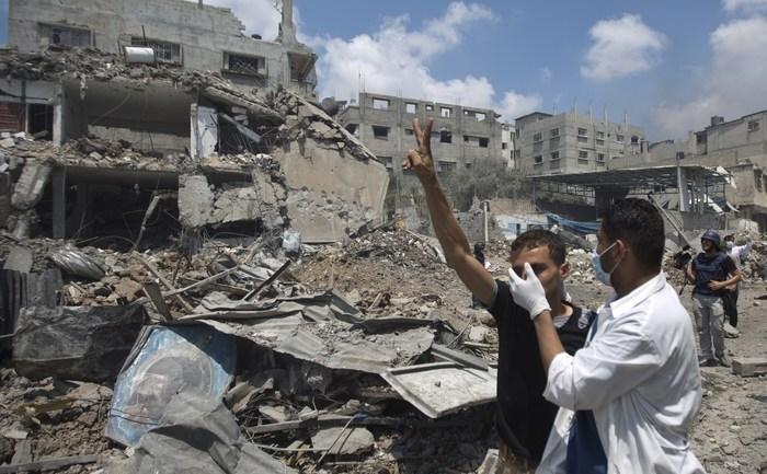 Palestinieni din cartierul Shejaiya 20 iulie 2014. Peste 60 de palestinieni au fost omorâţi în timpul zilei de duminică, din cauza bombardamentelor israeliene în Gaza.