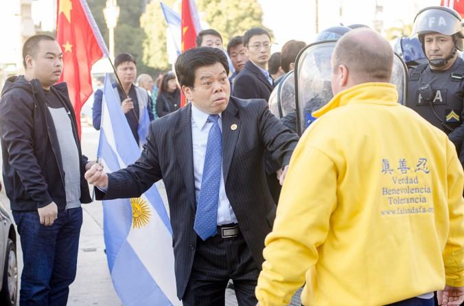Preşedintele CASRECH (Camera Supermarket-urilor şi Restaurantelor cu autoservire Deţinute de Rezidenţii Chinezi din Argentina) ridică pumnul să lovească un protestatar.