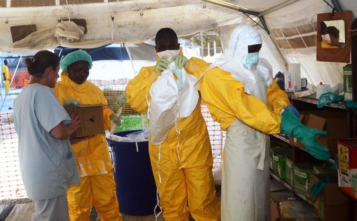 Membri ai organizaţiei Doctori Fără Frontiere, în Conakry, într-un salon de tratare a pacienţilor de ebola.