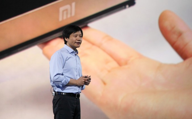CEO-ul companiei Xiaomi, Lei Jun, în timpul unei lansări de produs în Beijing, 15 mai 2014. Smartphone-ul Redmi Note a fost observat cum se conectează automat la o adresă IP din Beijing.