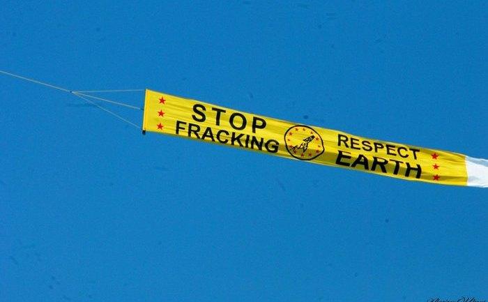 Banner anti-fracturare, purtat de un avion deasupra litoralului românesc, 10 august 2014.