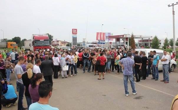 Protest al românilor din Cernăuţi împotriva încorporării în armata ucraineană.