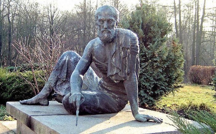 """Sculptură în bronz intitulată """"Arhimede"""" executată de Gerhard Thieme (1972) situată în grădina Observatorului Archenhold din Berlin."""