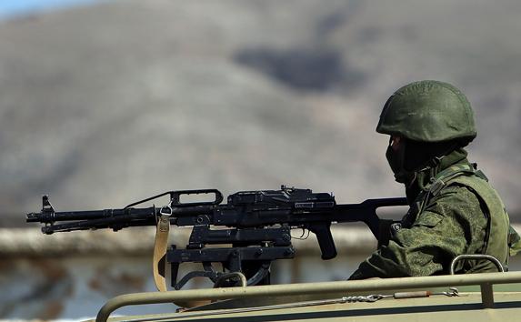 Soldat într-un autovehicul blindat.