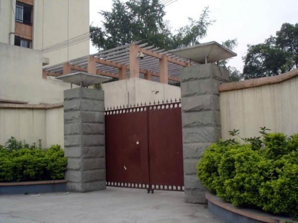 Intrarea în Centrul de Educaţie Legală a oraşului Chengdu; nu există nici un semn de identificare, iar poarta este de multe ori încuiată