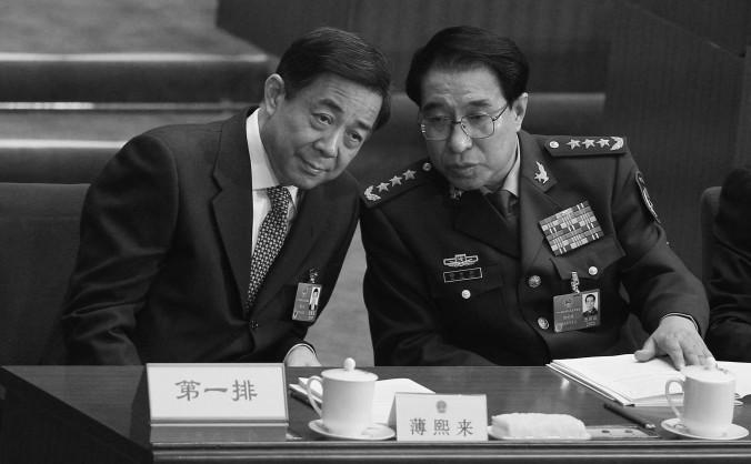 Generalul Xu Caihou, la vremea respectivă vice-preşedinte al Comisiei Militare Centrale a Partidului, împreună cu secretarul de partid Bo Xilai, 5 martie 2012 în Beijing