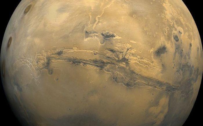 Un canion enorm pe Marte, Valles Marineris. Unii cercetători opinează că a fost creat de un fulger gigant, provenit din spaţiu