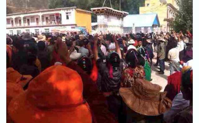 Mulţime de tibetani în Garzê, prefectura privinciei Sichuan, protestând paşnic pe 12 august. Poliţia a deschis focul, omorând 4 persoane