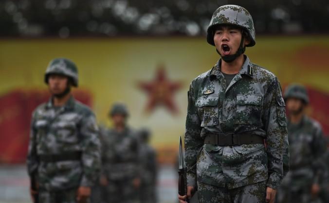 Soldaţii Armatei de Eliberare a Poporului antrenându-se în Beijing, 22 iulie. Armata chineză îşi impune noi standarde de îndoctrinare comunistă, în detrimentul antrenamentelor.