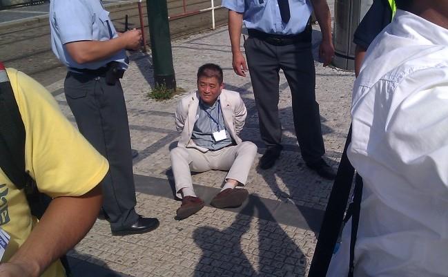 Membru al personalului Ambasadei Chineze din Praga, a atacat demonstranţi Falun Gong care protestau în faţa ambasadei cu prilejul evenimentului China Investment Forum. Chinezul a fost băgat în cătuşe de poliţia pragheză. 28 august 2014, Castelul Praga.