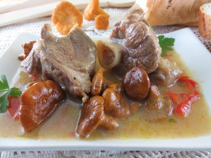 Tocăniţă din gălbiori cu carne şi usturoi