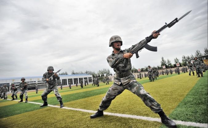 Soldaţi chinezi la exerciţii, 22 iulie 2014. Manevrele militare extraordinare anunţate în iulie s-au extins până în septembrie, fiind probabil îndreptate către reprimarea unei eventuale revolte interne