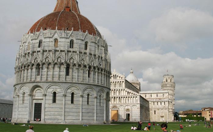 Pisa, Italia: Domul, Baptisteriul, Campanile şi Turnul Înclinat sunt considerate capodopere ale arhitecturii medievale.