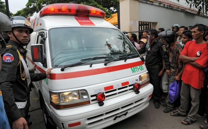 Poliţia militară din Cambogia în faţa unui spital din Phnom Penh, 23 noiembrie 2010. Un spital din Cambogia a fost percheziţionat de poliţie după ce a fost impicat în traficul de organe din China