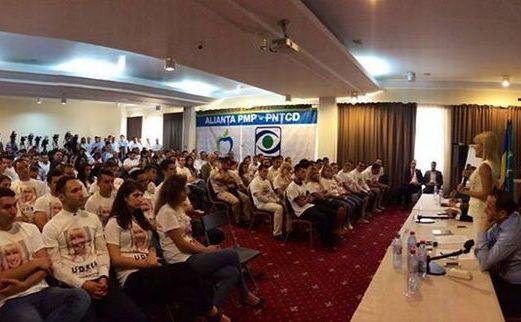 Tineri din PMP îmbrăcaţi în tricouri cu faţa Elenei Udrea