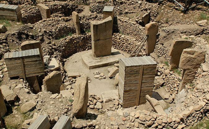 Sculpturi la Göbekli Tepe, Turcia, se crede că au o vechime de 12 mii de aniâ