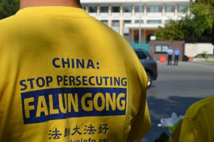 Practicanti Falun Dafa in faţa Ambasadei Chinei din Bucureşti