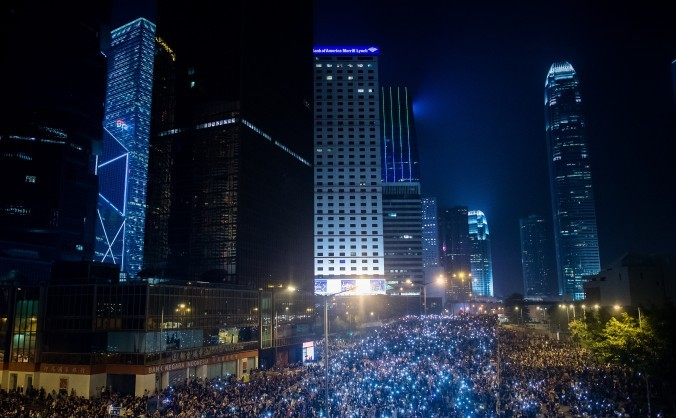 Manifestanţi pro-democratici se adună pentru cea de-a treia noapte în Hong Kong, 30 septembrie 2014.
