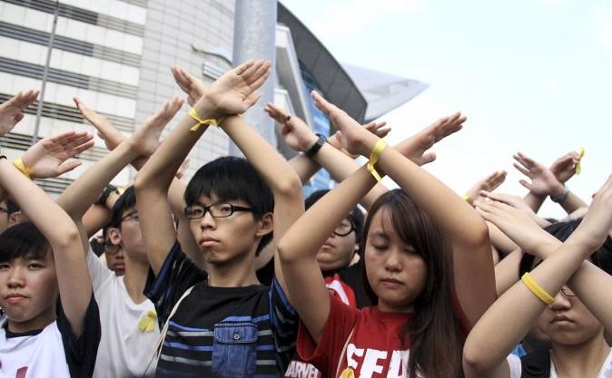 Studenţi din Hong Kong cerând demisia şefului executivului,Leung Chun-ying , 2 octombrie 2014, în timpul ceremoniei de ridicare a drapelului din Golful Bauhinia