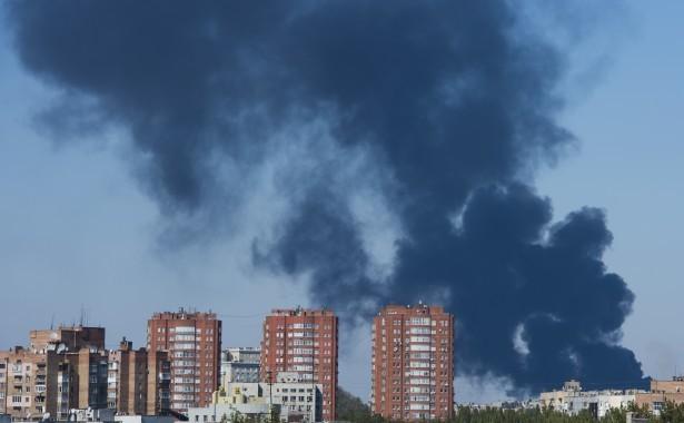 Fumul se ridică în zona aeroportului oraşului Donetsk, după bombardamente intense, 2 octombrie 2014.