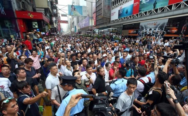 În 3 octombrie, opozanţi ai mişcării Ocupaţi Centrul au vizat manifestanţii paşnici din districtul Mong Kok din Hong Kong şi chiar au atacat şi hărţuiit sexual unele femei prezente la protest.