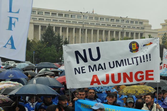 Miting de protest al sindicatelor din Cartel ALFA desfăşurat în faţa Guvernului României, la Piaţa Victoriei