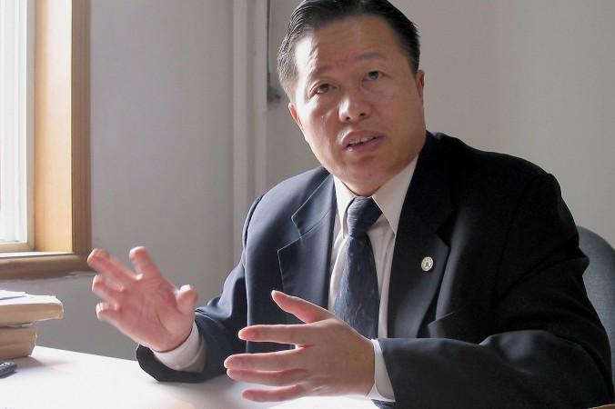 Avocatul Gao Zhisheng, în fostul său birou din Beijing, la 2 noiembrie 2005. Un grup de senatori americani solicită transferul lui Gao în SUA pentru îngrijiri medicale.