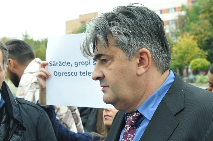 Pichetare şi protest cu ligheane şi pături în faţa Primăriei Capitalei.  În imagine, Mircea Raicu, liderul de grup ACL ai consilierilor  municipali.
