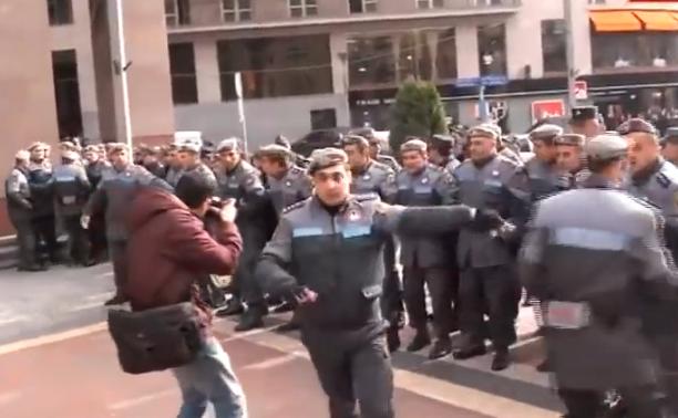 Proteste anti-Putin în Erevan pe 2 decembrie, 2013.