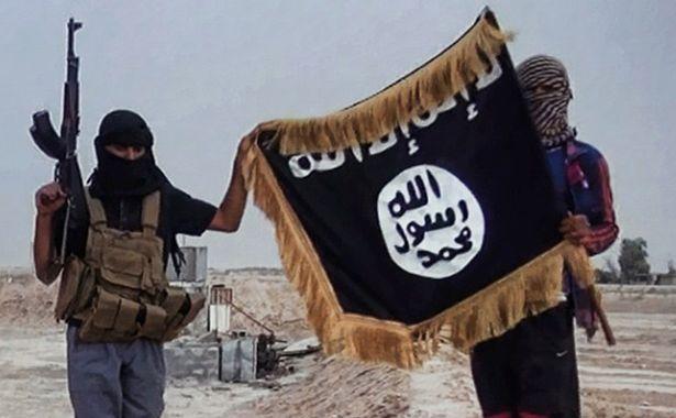 Militanţi ai Statului Islamic pozează alături de steagul grupului jihadist.