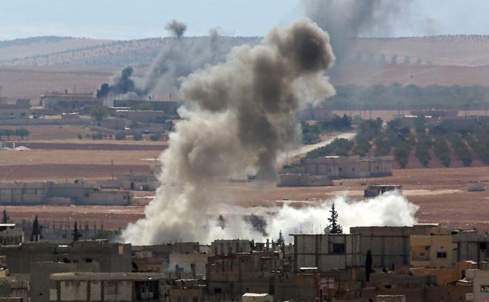 Fumul se ridică deasupra oraşului sirian Kobane unde au loc lupte dure între militanţii ISIL şi luptătorii kurzi, octombrie 2014.