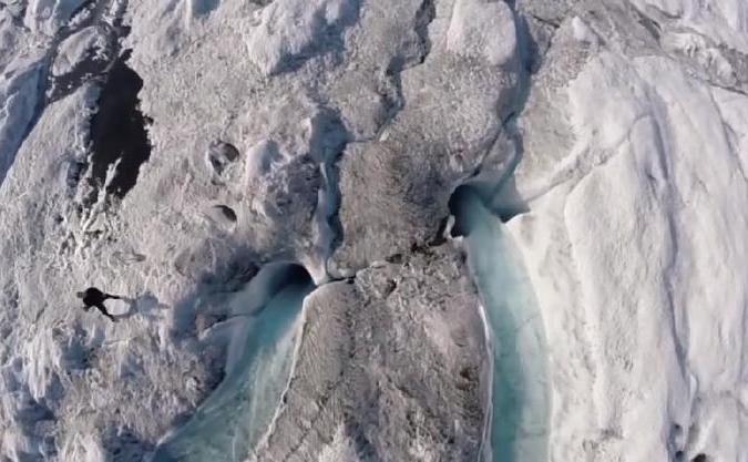 """Fenomenul """"zăpezii negre"""" - zăpadă arctică acoperită cu un strat de funingine."""
